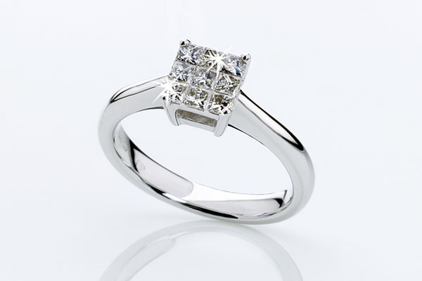 A beautful while gold and diamond engagement ring